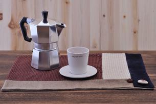 コーヒーカップとエスプレッソメーカーの写真素材 [FYI01928753]