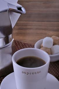 コーヒーとエスプレッソメーカーと角砂糖の写真素材 [FYI01928787]