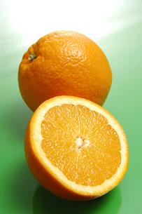 オレンジの断面と1個のオレンジの写真素材 [FYI01928816]