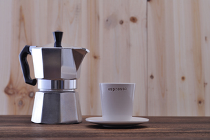 コーヒーカップとエスプレッソメーカーの写真素材 [FYI01928848]