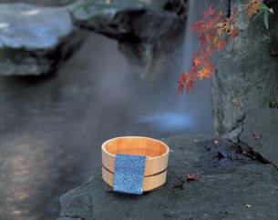 露天風呂と桶と手ぬぐいの写真素材 [FYI01928859]