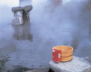 露天風呂と桶と手ぬぐいの写真素材 [FYI01928862]