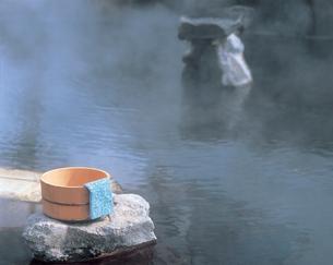 露天風呂と桶と手ぬぐいの写真素材 [FYI01928864]