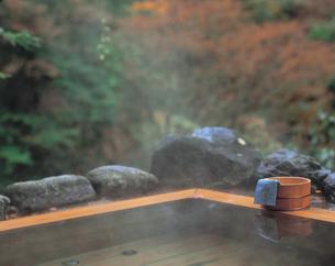 露天風呂と桶と手ぬぐいの写真素材 [FYI01928874]