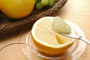 グレープフルーツをスプーンですくうの写真素材 [FYI01928876]