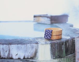 露天風呂と桶と手ぬぐいの写真素材 [FYI01928891]
