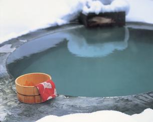 露天風呂と桶と手ぬぐいの写真素材 [FYI01928908]