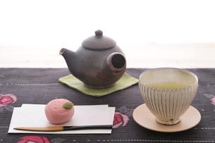 緑茶と和菓子の写真素材 [FYI01929044]
