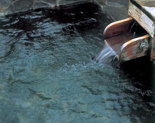 露天風呂の湯口の写真素材 [FYI01929057]
