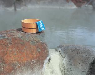 露天風呂と桶と手ぬぐいの写真素材 [FYI01929096]