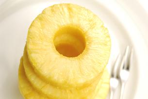 輪切りのパイナップルの写真素材 [FYI01929186]