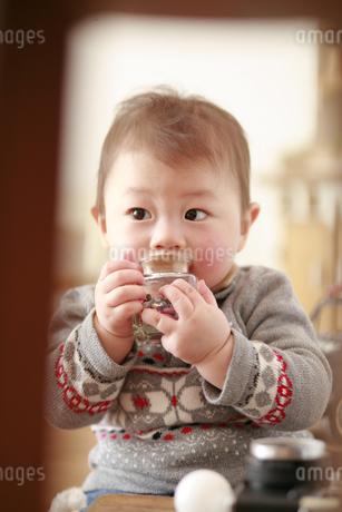 床に座る男の赤ちゃんの写真素材 [FYI01929498]