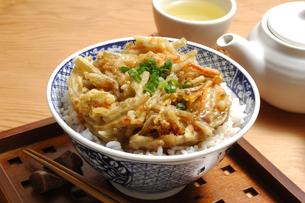 かき揚げ丼とお茶の写真素材 [FYI01929558]