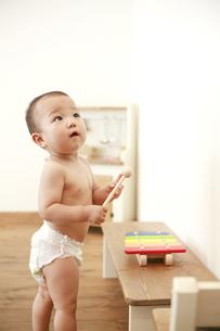 立っている裸の男の赤ちゃんの写真素材 [FYI01929598]