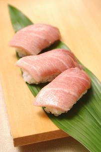 にぎり寿司(マグロ中トロ)の写真素材 [FYI01929690]