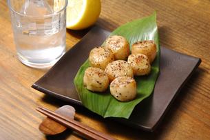 帆立貝のバター醤油炒めと焼酎の写真素材 [FYI01929808]