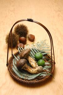 2本の松茸と栗の写真素材 [FYI01929823]