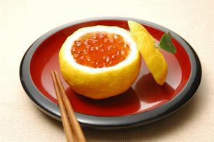 イクラの柚子釜の写真素材 [FYI01929836]
