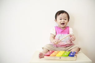 木琴で遊ぶ女の赤ちゃんの写真素材 [FYI01929848]