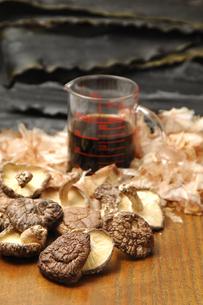 そばつゆの材料(椎茸・鰹節・昆布)の写真素材 [FYI01929859]