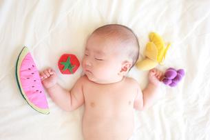 眠っている裸の男の赤ちゃんの写真素材 [FYI01929952]