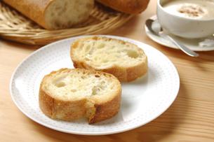 フランスパンとカプチーノの写真素材 [FYI01929990]