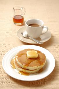 ホットケーキとコーヒーの写真素材 [FYI01930022]