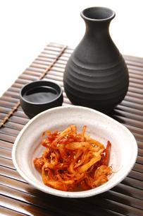 スルメキムチと日本酒の写真素材 [FYI01930084]