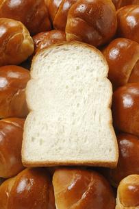 食パンとバターロールの写真素材 [FYI01930247]