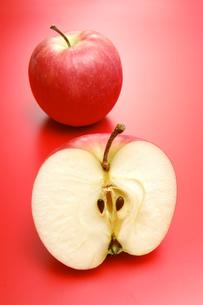 1個のリンゴとリンゴの断面(フジリンゴ)の写真素材 [FYI01930256]