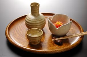 日本酒とイカ明太子の写真素材 [FYI01930305]