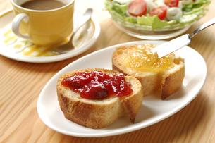 フランスパンとコーヒーとサラダの写真素材 [FYI01930311]