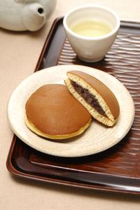 どら焼きと日本茶の写真素材 [FYI01930421]