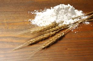小麦の穂と小麦粉の写真素材 [FYI01930438]