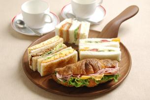 クロワッサンサンドとサンドイッチの写真素材 [FYI01930452]