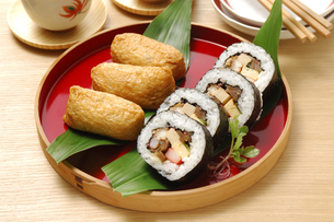 いなり寿司と巻き寿司の写真素材 [FYI01930497]