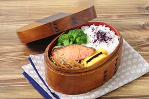 鮭弁当の写真素材 [FYI01930662]