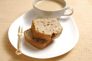 パウンドケーキとカプチーノの写真素材 [FYI01930669]