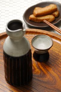 麦焼酎とさつま揚げの写真素材 [FYI01930727]
