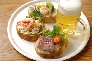フランスパンとビールの写真素材 [FYI01930744]