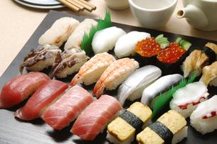 にぎり寿司の盛り合わせの写真素材 [FYI01930777]