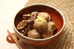 里芋とイカの照り煮の写真素材 [FYI01930785]