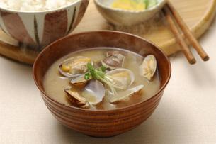 アサリの味噌汁とご飯の写真素材 [FYI01930931]
