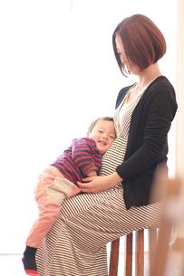 妊婦の母と赤ちゃんの写真素材 [FYI01930935]