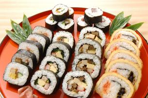 6種類の巻き寿司の写真素材 [FYI01930950]