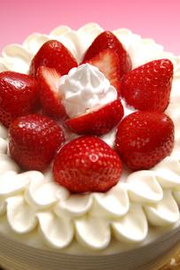イチゴのデコレーションケーキの写真素材 [FYI01930990]