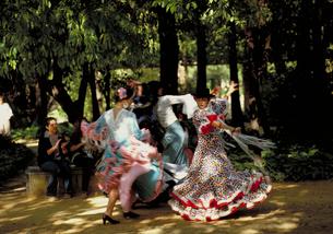 フェリアの祭でフラメンコを踊る女性の写真素材 [FYI01931060]