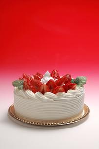 イチゴのデコレーションケーキの写真素材 [FYI01931130]