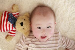 寝転がる裸の女の赤ちゃんの写真素材 [FYI01931153]