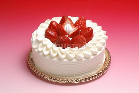 イチゴのデコレーションケーキの写真素材 [FYI01931157]